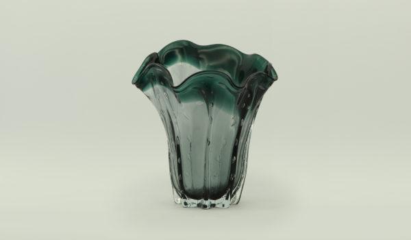 Красивая ваза из стекла